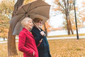 Älteres Ehepaar mit Regenschirm