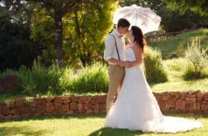 Brautpaar mit Hochzeitsschirm